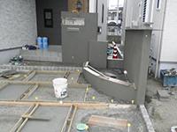 門柱に塗装の下地としてモルタルを塗ったところ